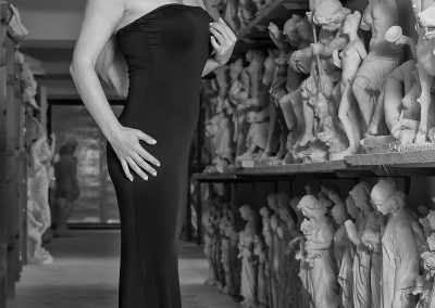 Sara Swarz tra le sculture